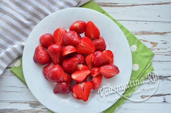 режем кусочками ягоду