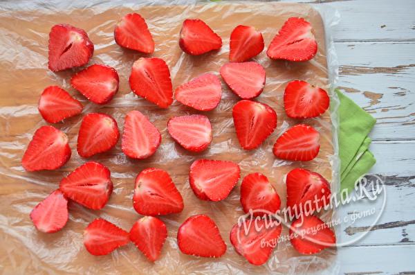 кладем ягоду на доску