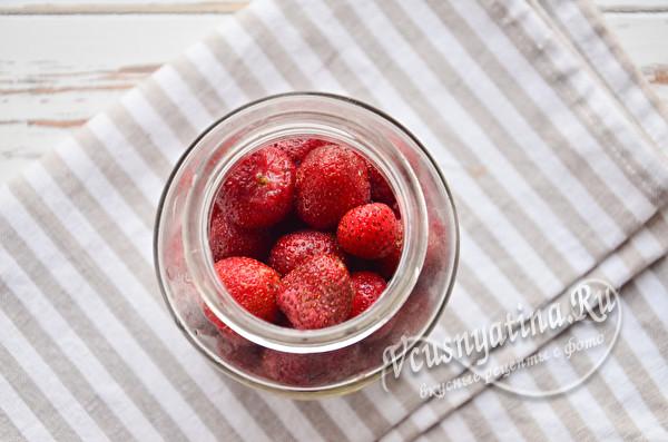 кладем ягоды в банку