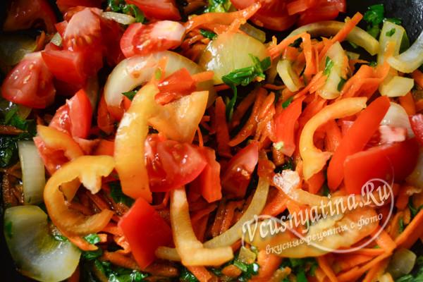 добавляем перец и помидоры