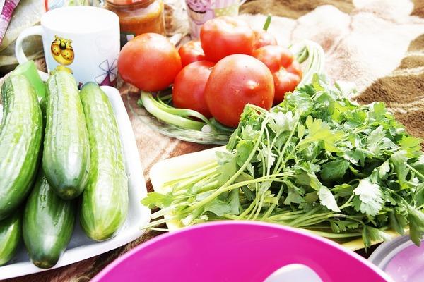 зелень, томаты и огурцы
