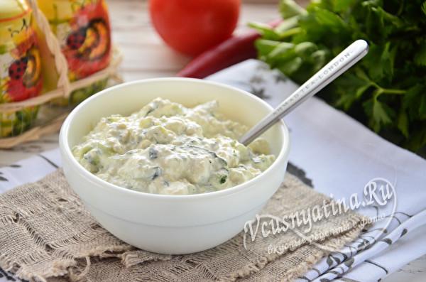 Огуречный соус с чесноком и сметаной