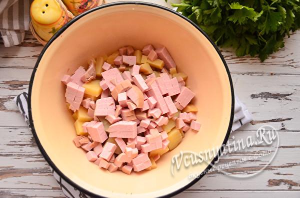кладем нарезанную колбасу