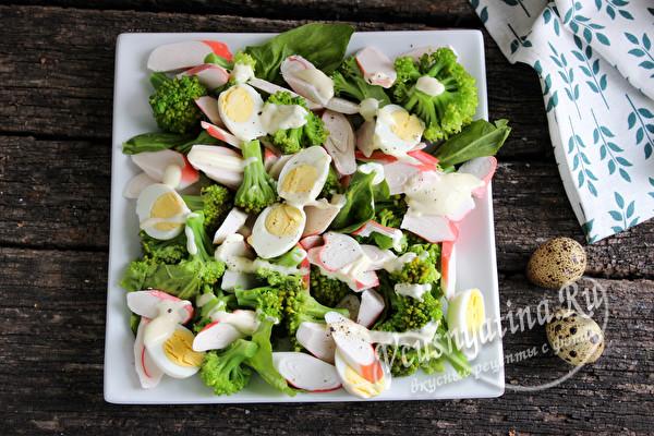 крабовый салат с брокколи готов