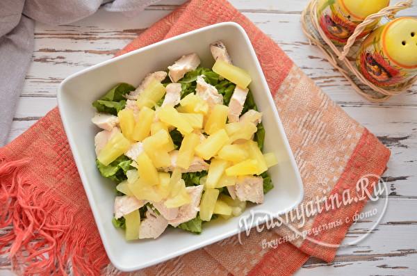 кладем кусочки ананаса