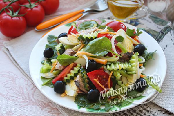 салат с овощами, яйцом и тунцом