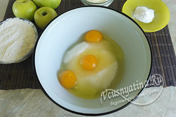 соединить яйца и сахар
