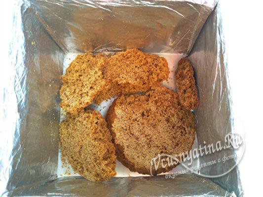 кладем печенье в форму