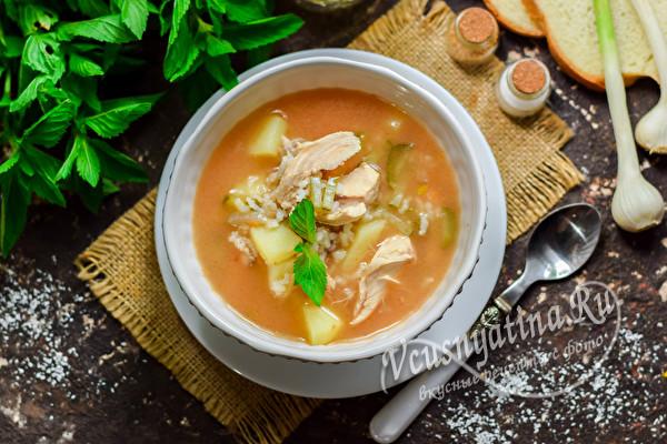 тарелка супа с рисом и огурцами