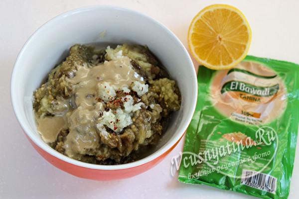 добавить пасту тахини, специи и лимонный сок