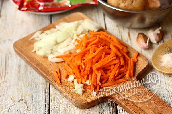 нарезанный морковь и лук