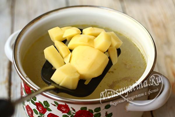 в бульон добавить картофель