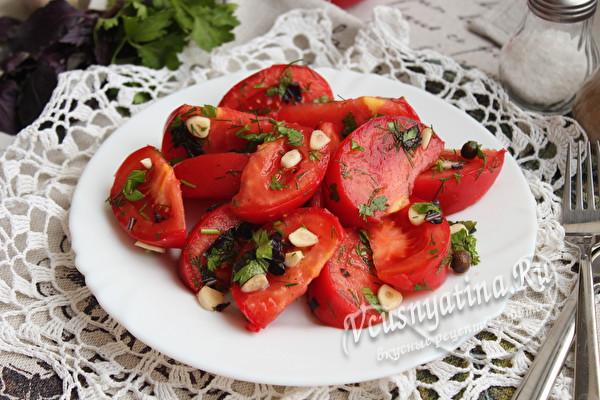 томаты с чесноком и зеленью