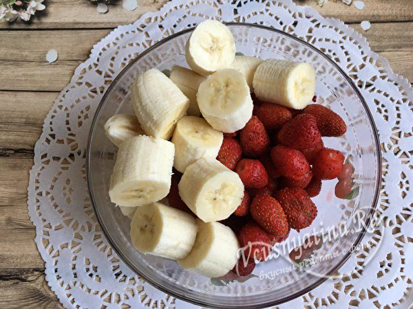нарезанные бананы с ягодой