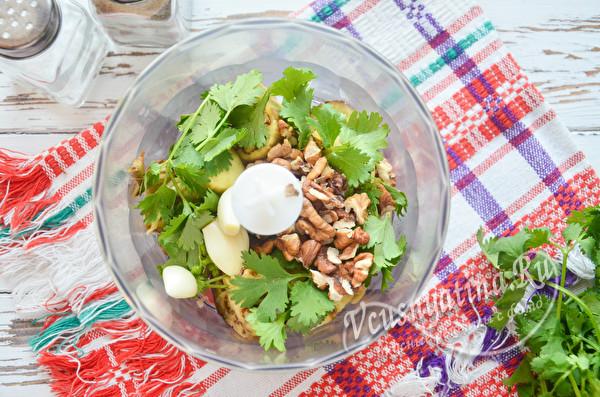 добавить орехи,чеснок и зелень