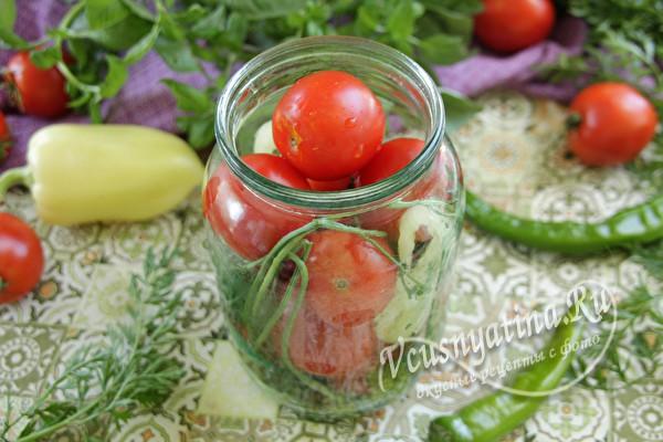 кладем помидоры и ботву
