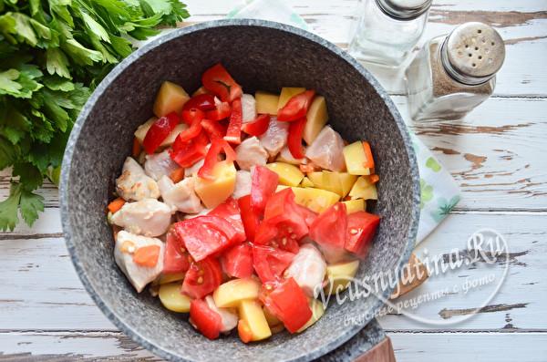 кладем помидор и перец