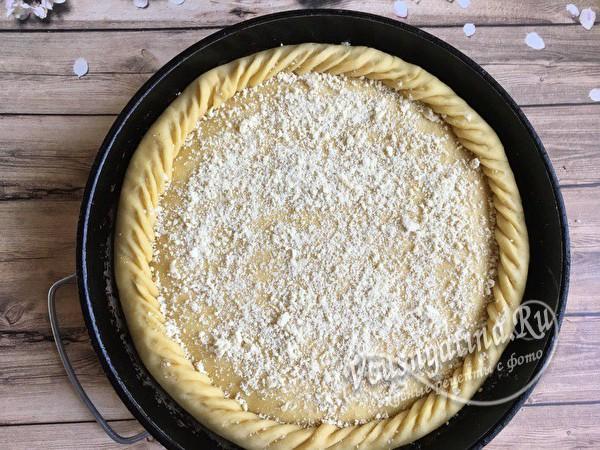 посыпаем пирог крошкой