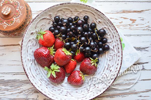 ягоды смородины и клубники