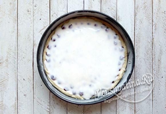заливаем пирог заливкой