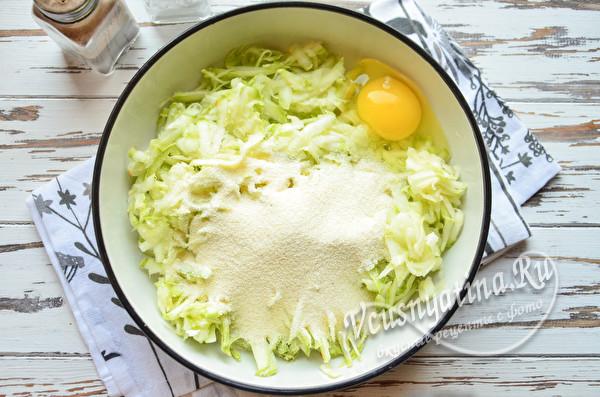добавить яйцо и манную крупу