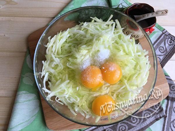 добавить яйцо и соль