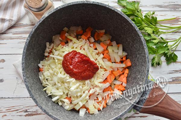 обжариваем с томатной пастой