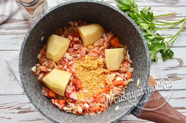 добавляем пшено и картофель