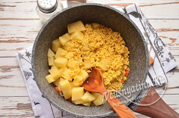 добавляем пшено и картошку