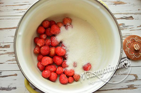 в кастрюле ягода с сахаром