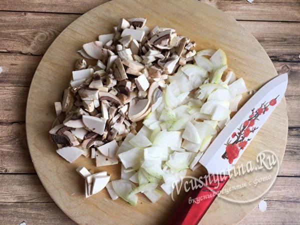 нарезать грибы и лук