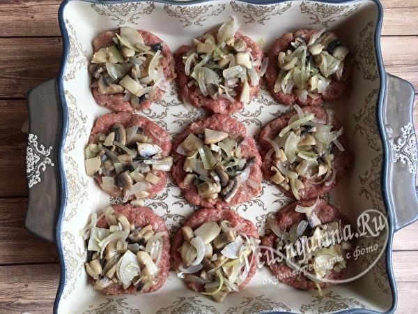 выложить слой грибов с луком
