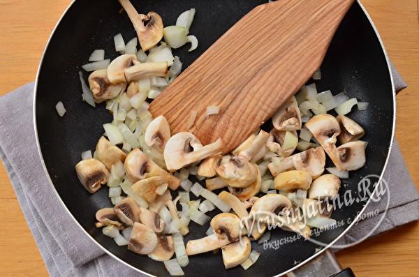 кладем грибы и лук