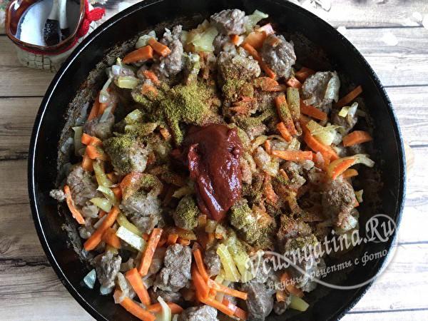 добавить томатную пасту и специи