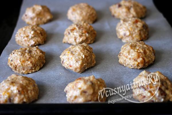 выложить заготовки печенья на противень