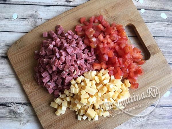 нарезать сыр, колбасу и помидоры