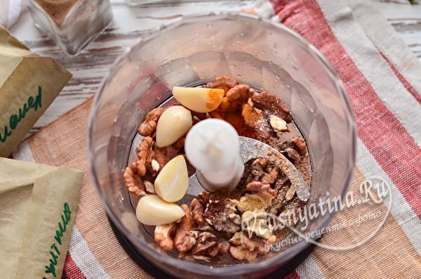 измельчить орехи, чеснок и специи