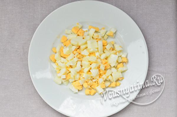 нарубленные вареные яйца