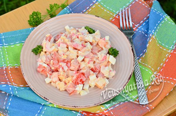 салат с крабовыми палочками, сыром и томатами
