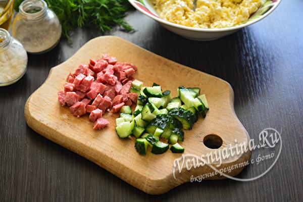 нарезанные колбаса и огурец