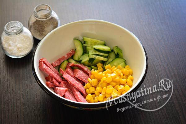 соединить кукурузу, колбасу и огурец