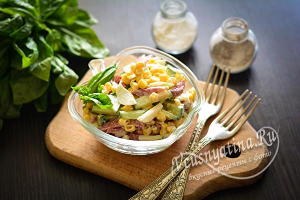 """Салат """"Соломка"""" с кукурузой и колбасой"""