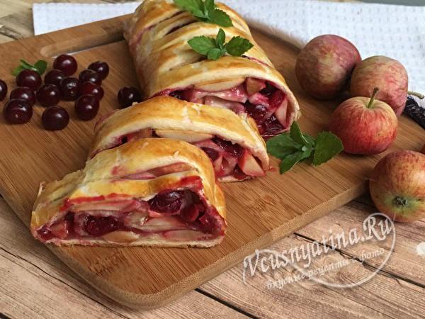 штрудель с яблоками и вишней готов