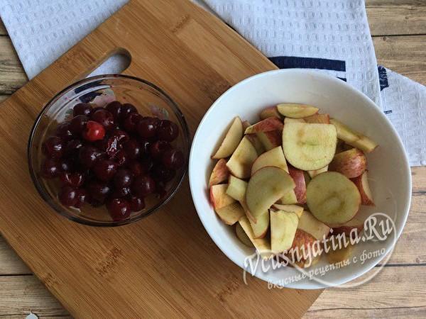 яблоки нарезать, вишню промыть