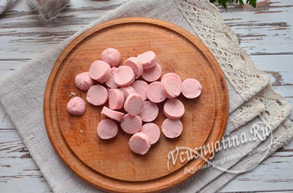 нарезанный сосиски