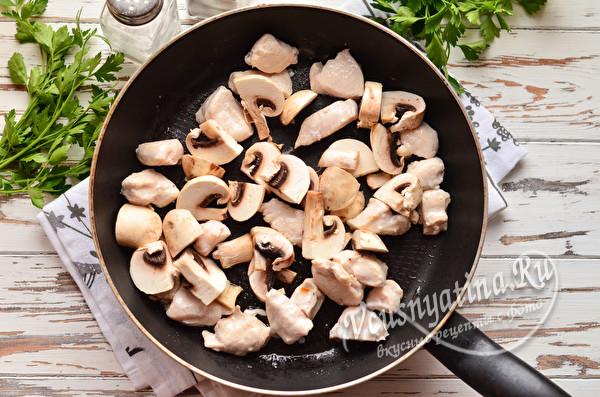 обжариваем грибы и куриное мясо
