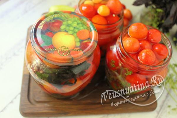 банки с томатами, залитые кипятком
