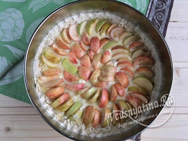 выложить яблоки на творожную начинку
