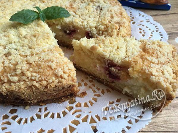 Творожный пирог с песочной крошкой и вишней