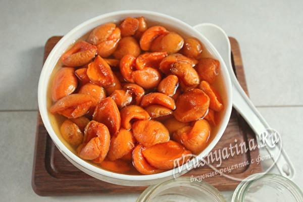 залить сиропом абрикосы